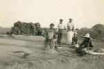Jani: vršidba žita - s lijeva: Jerolima Deroja, Toni Deroja, prijatelj, Anježa (sjedi), prijateljica