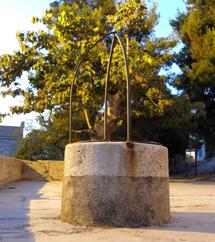 Cisterna ispred crkve
